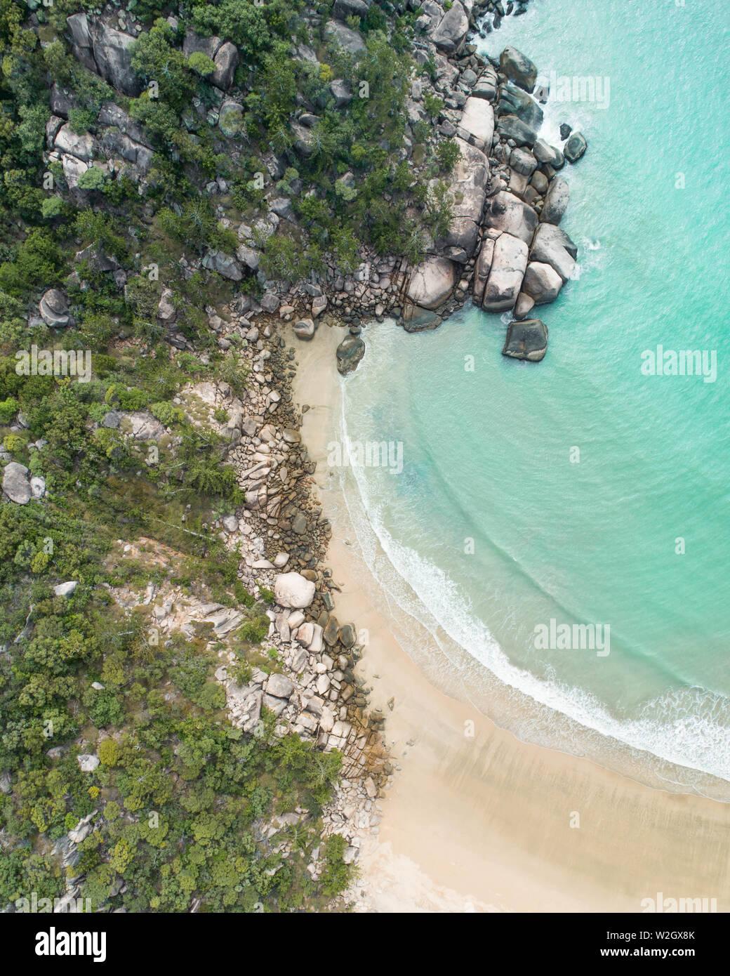 Vistas aéreas en una isla tropical en medio de un archipiélago. Drone disparos sobre la isla Magnetic en el norte de Queensland, y cerca de la gran barrera de ree Foto de stock