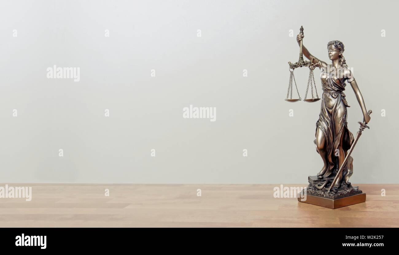 Lady Justice estatua en una tabla. Imagen panorámica con espacio de copia. Foto de stock