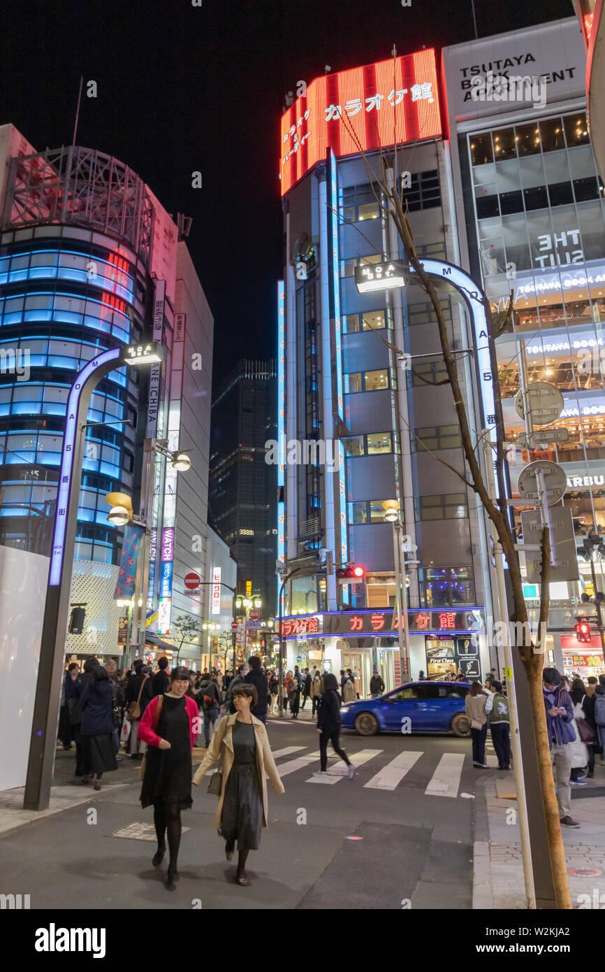 Calles De Shinjuku Está Rebosante De Vida Toda La Zona Por La Noche Es Una Colorida Fiesta Visual Fotografía De Stock Alamy