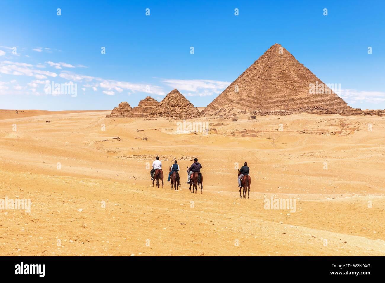 Paseos a caballo cerca de las Grandes Pirámides de Giza, en Egipto. Foto de stock