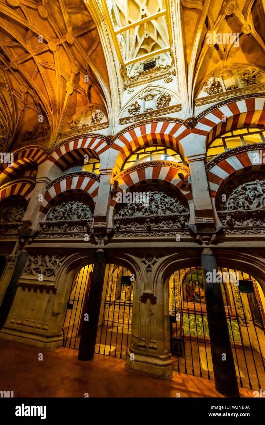 Arco en el interior de la Mezquita (La Mezquita-Catedral) de Corboba, provincia de Córdoba, España. Foto de stock