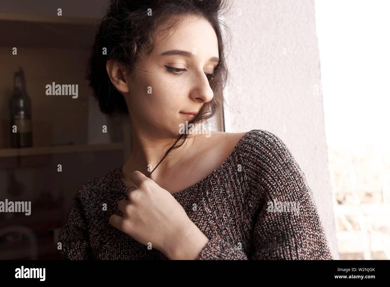 Joven Mujer sentimental en casa Foto de stock