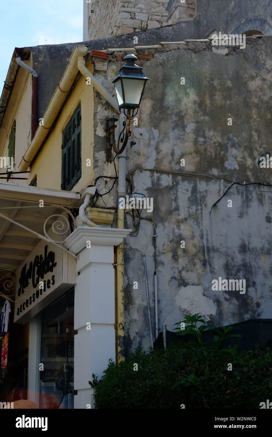 Corfu Corfu escena profunda en el barrio comercial, fui a través de la inyección de un antiguo bloque de apartamentos.la vieja lámpara hace que la composición interesante Foto de stock
