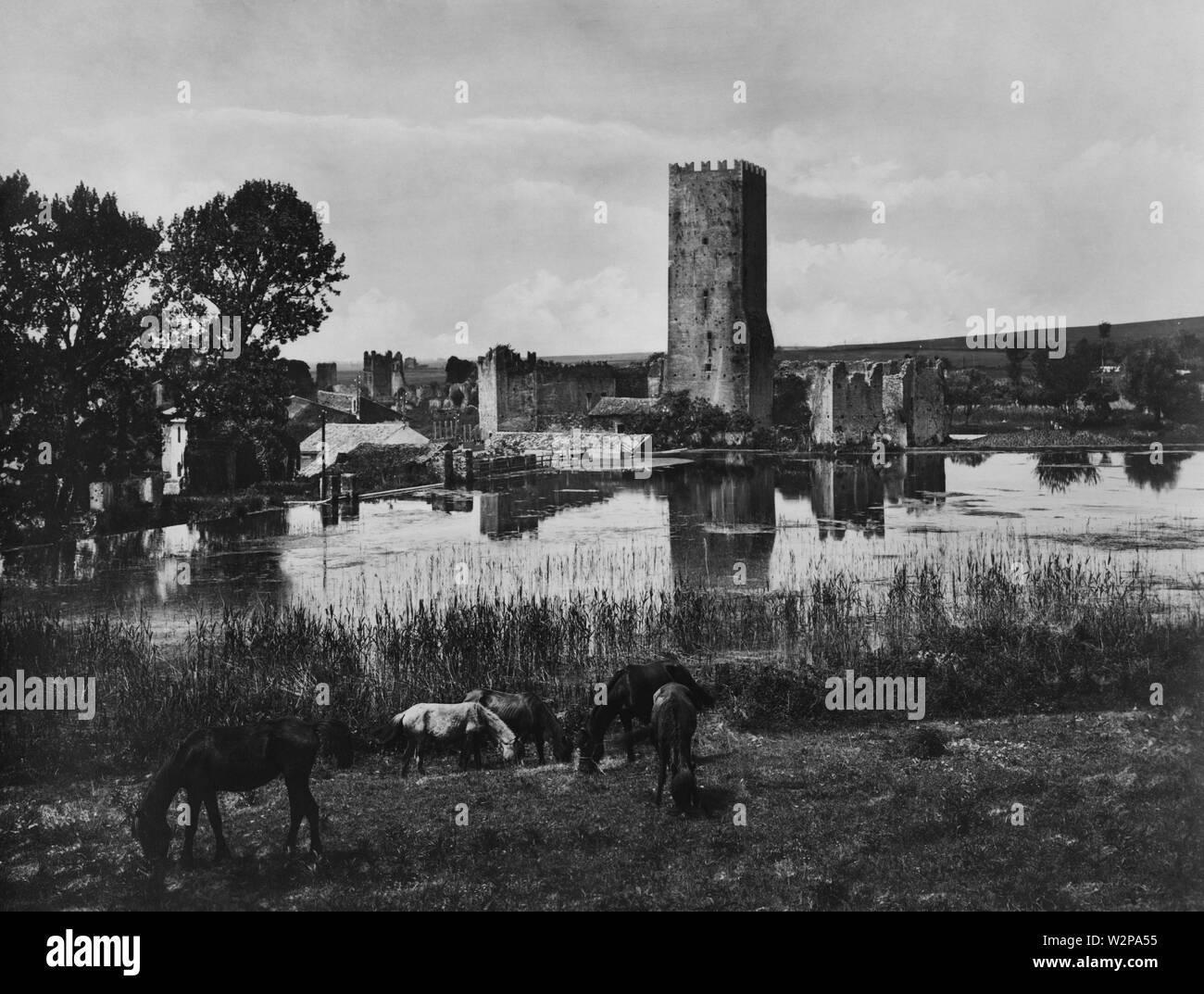 Lazio, las ruinas de las ciudades, Ninfa, 1920 Foto de stock