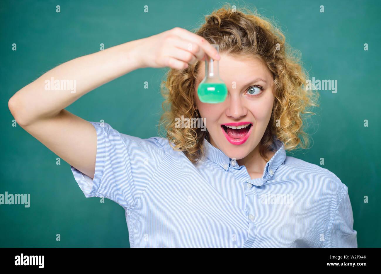La ciencia y la educación. chica mantenga matraz con químicos líquidos. Feliz con vaso de estudiante. Biología experimento. Muestra la fórmula química. Los resultados de la investigación científica. En la escuela laboratorio. lección escolar. Foto de stock