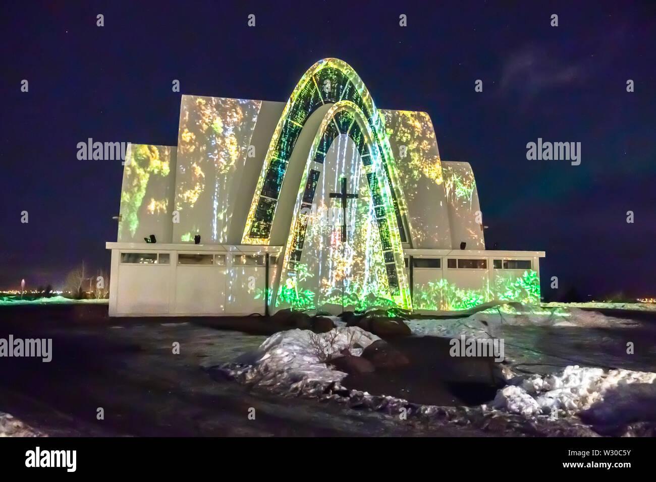 Kopavogur iglesia con una pantalla de luz, luces de invierno Festival, Islandia Foto de stock