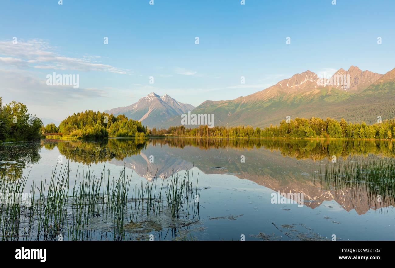 Reflejo de Pioneer Peak y Twin Peaks en reflexiones Lago en Palmer pisos heno juego estado refugio en Southcentral Alaska. Foto de stock