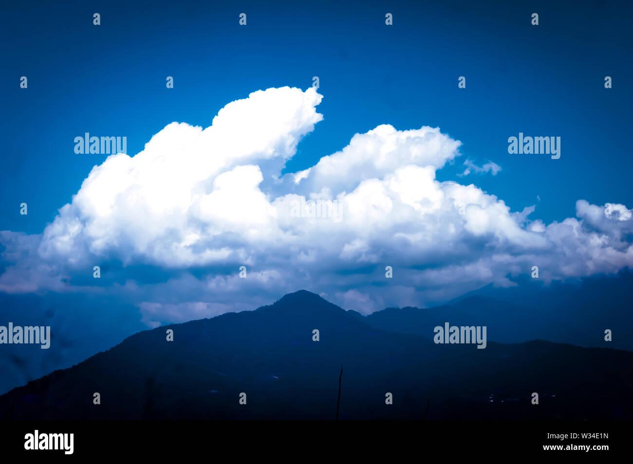 Fotografía de fondo de Nublado nublado mañana a las montañas del Himalaya. Paisaje de ensueño. Clima esponjosas. La belleza de la naturaleza salvaje indio de Asia oriental. Magnifi Foto de stock