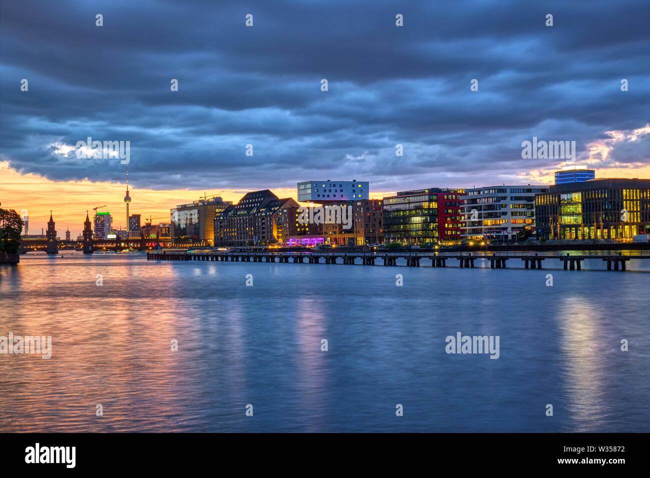 Hermoso atardecer en el río Spree en Berlín con la famosa Torre de Televisión en la espalda Foto de stock