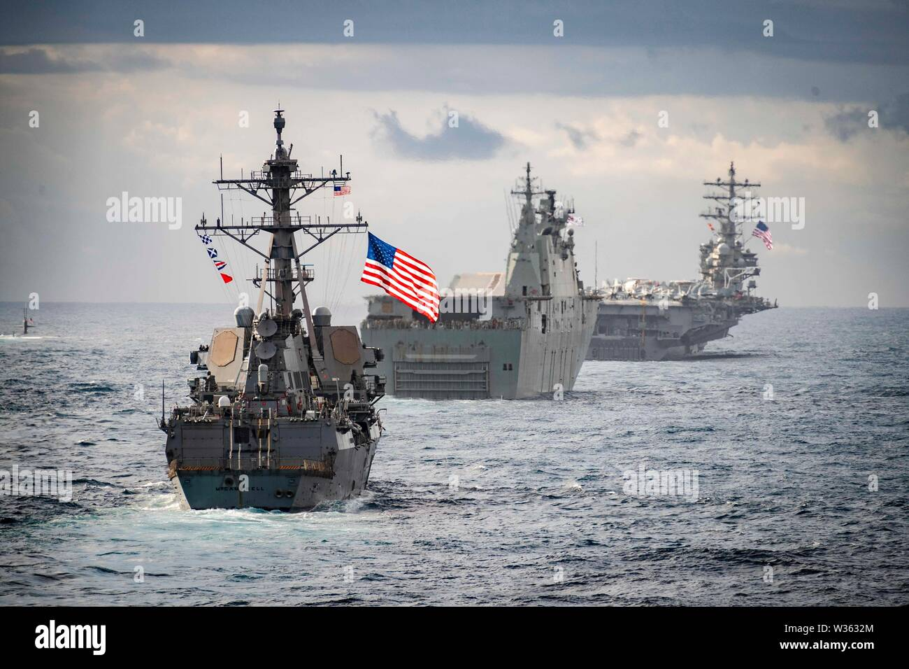 190711-N-WI365-1052 Mar de Tasmania (el 11 de julio, 2019) - La base de aterrizaje anfibio buque USS Ashland (LSD 48) Velas en formación detrás de la clase Arleigh Burke de misiles guiados destructor USS McCampbell (DDG 85), centro de la Real Marina Australiana Canberra landing helicopter dock clase HMAS Canberra (L02), a la izquierda, la Marina de los EE.UU. Los Ángeles clase ataque submarino USS Key West (SSN 722), extremo izquierdo, y la Marina de los EE.UU. clase Nimitz portaaviones USS Ronald Reagan (CVN 76), durante el Talisman Sabre 2019. Ashland, parte de las WASP Amphibious Ready Group, inició con 31 Unidad Expedicionaria de los Infantes de Marina, se encuentra actualmente Foto de stock