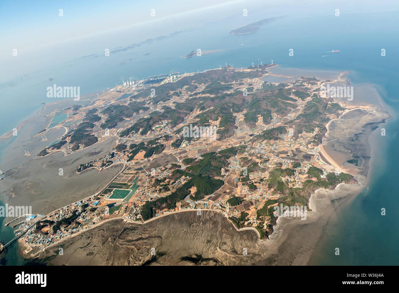 Vista aérea de la isla Yeongheung, en el Mar Amarillo, dentro de los límites municipales de la ciudad metropolitana de Incheon, Corea del Sur. Foto de stock