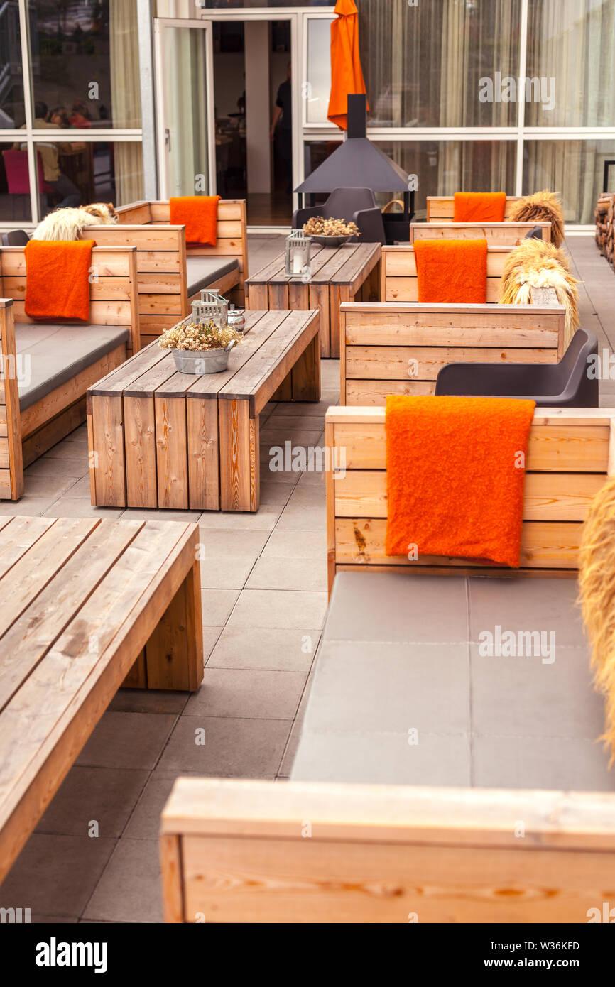 Restaurante Al Aire Libre Terraza Con Muebles De Madera En