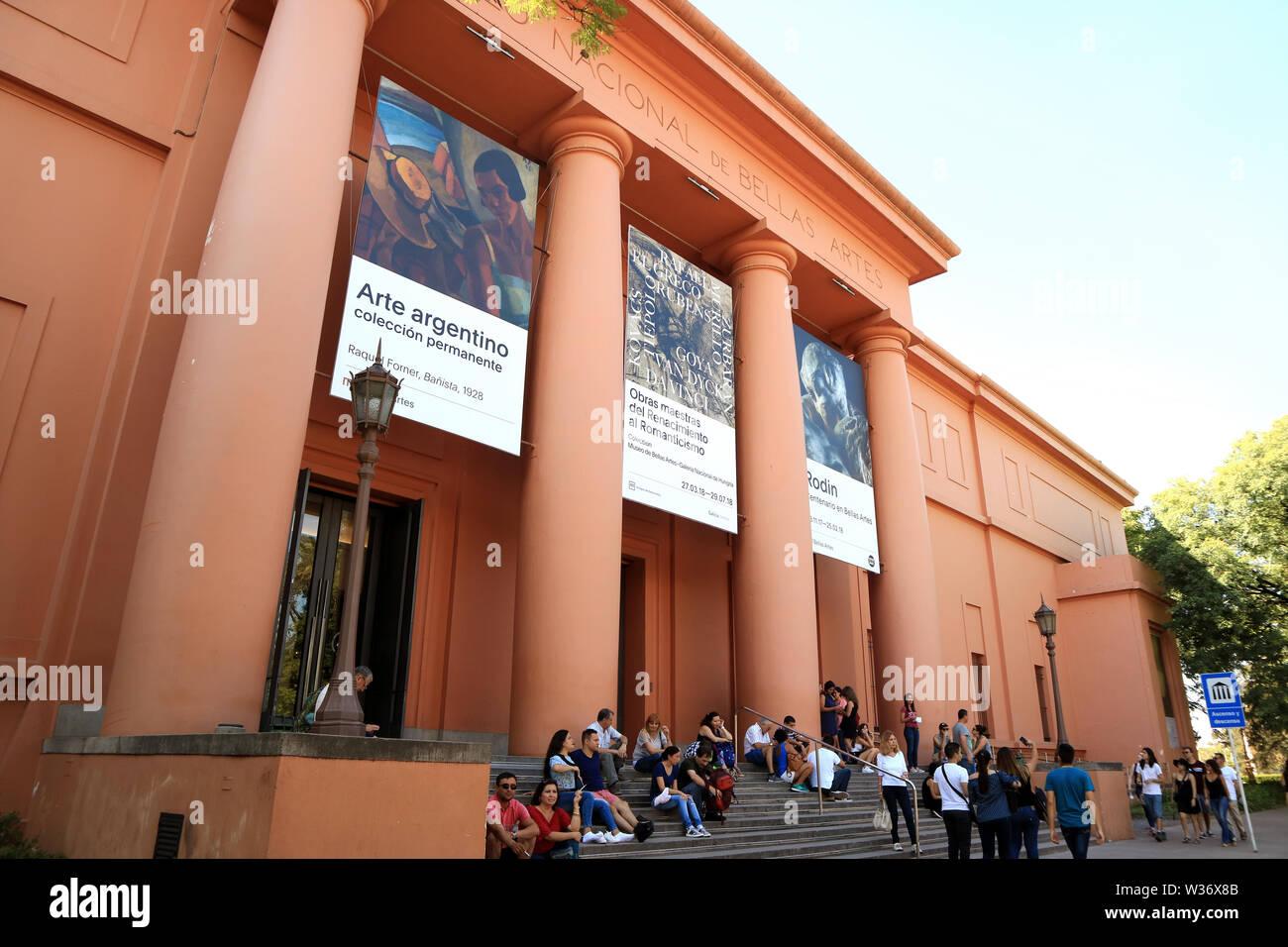 Buenos Aires, Argentina, la impresionante fachada del Museo Nacional de Bellas Artes o el Museo Nacional de Bellas Artes con muchos visitantes Foto de stock