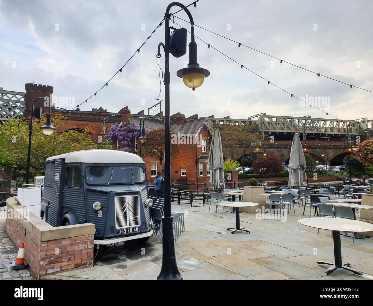 Manchester, Reino Unido - 25 de abril de 2019: Condiciones Atmosféricas escena de un clásico Citroën H Van en el área de Manchester Castlefield Foto de stock