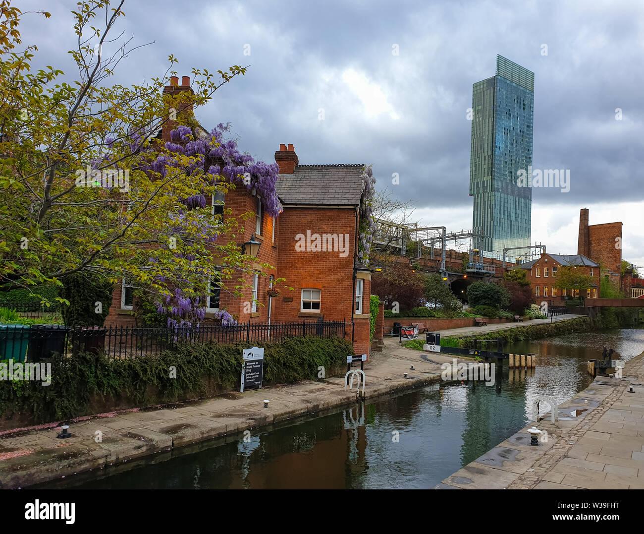 Manchester, Reino Unido - 25 de abril de 2019: Escena atmosférica del sistema canal Victoriano restaurado en el área de Manchester Castlefield Foto de stock
