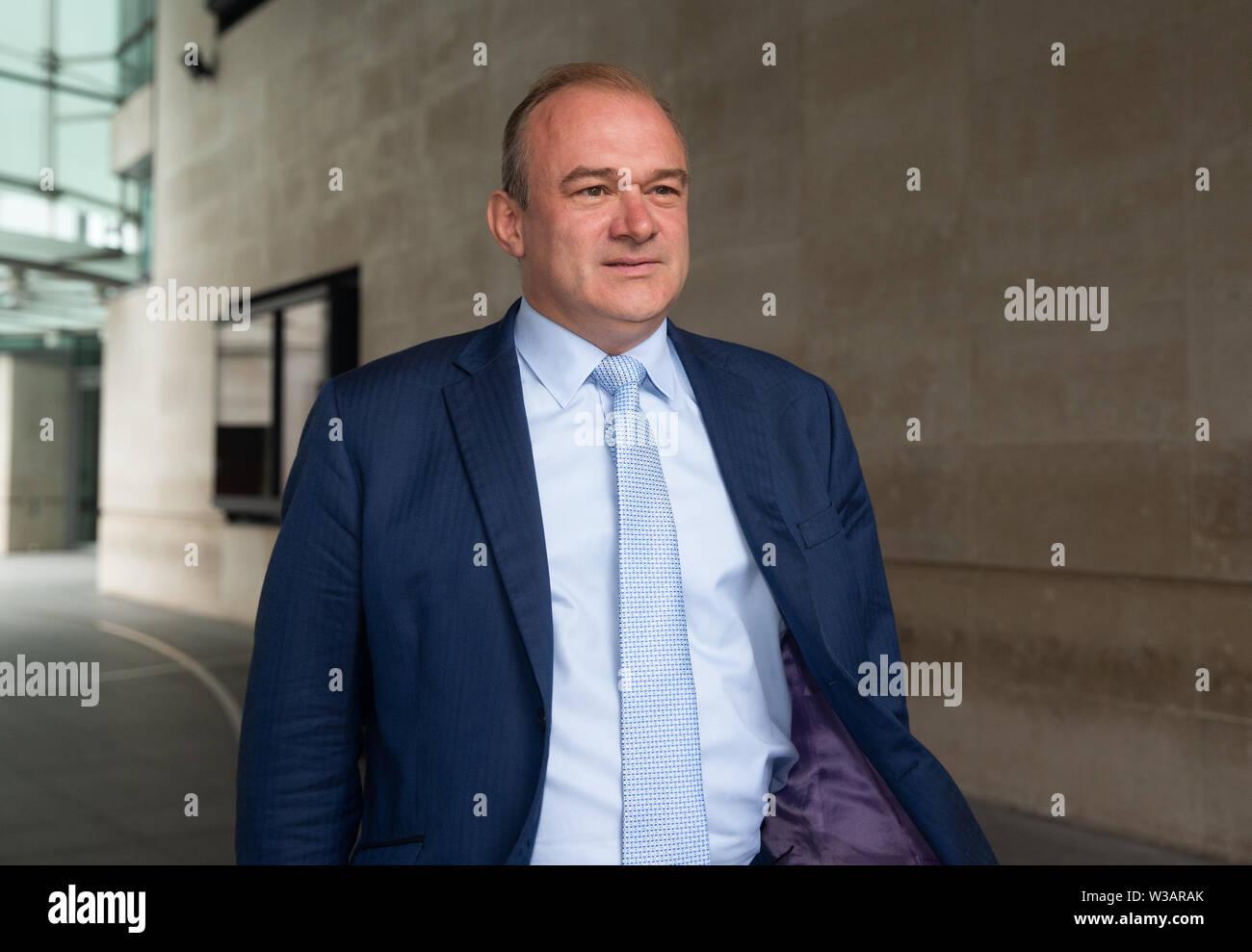 """Londres, Reino Unido. El 14 de julio, 2019. Leadeship contrincante Demócrata Liberal, Ed Davey, deja la BBC Studios después de aparecer en """"Andrew Marr Show televisivo'. Crédito: Tommy Londres/Alamy Live News Foto de stock"""