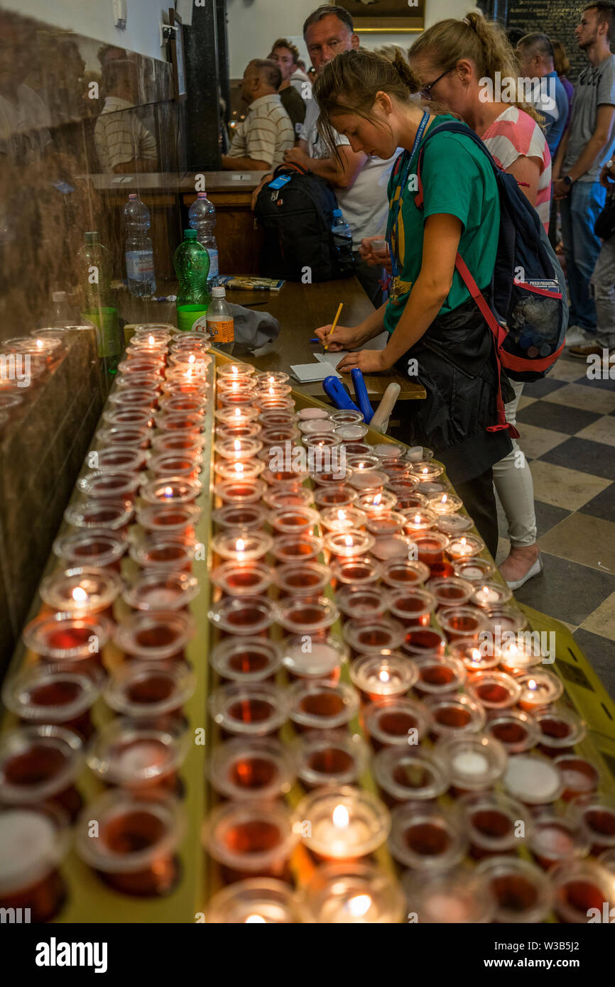 En el interior de la capilla donde el icono de la Virgen Negra de Czestochowa está demostrado, la gente encender una vela para simbolizar su oración y su intento de escritura Foto de stock