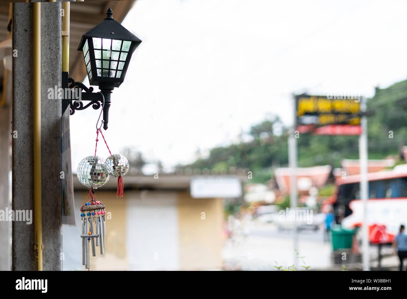 Linterna luminosa colgado en la fachada del edificio. En la calle, en primer plano, fondo blanco. Día Imagen De Stock