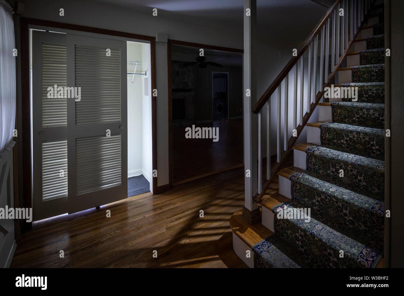 Escalofriante casa vacía con luces regulables Foto de stock