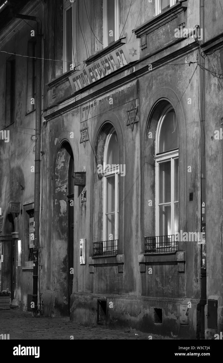 El Exterior De Una Antigua Casa De Oración En Kazimierz El Barrio Judío De Cracovia Polonia Fotografiada Por La Noche Fotografía De Stock Alamy