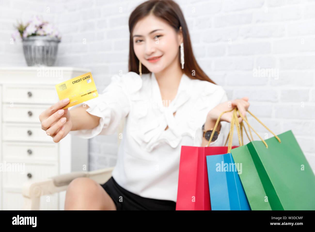 Compras de la mujer Hombre que paga. La mano del hombre la celebración de muchas bolsas de la compra mujer dándole una tarjeta de crédito. Aislado en