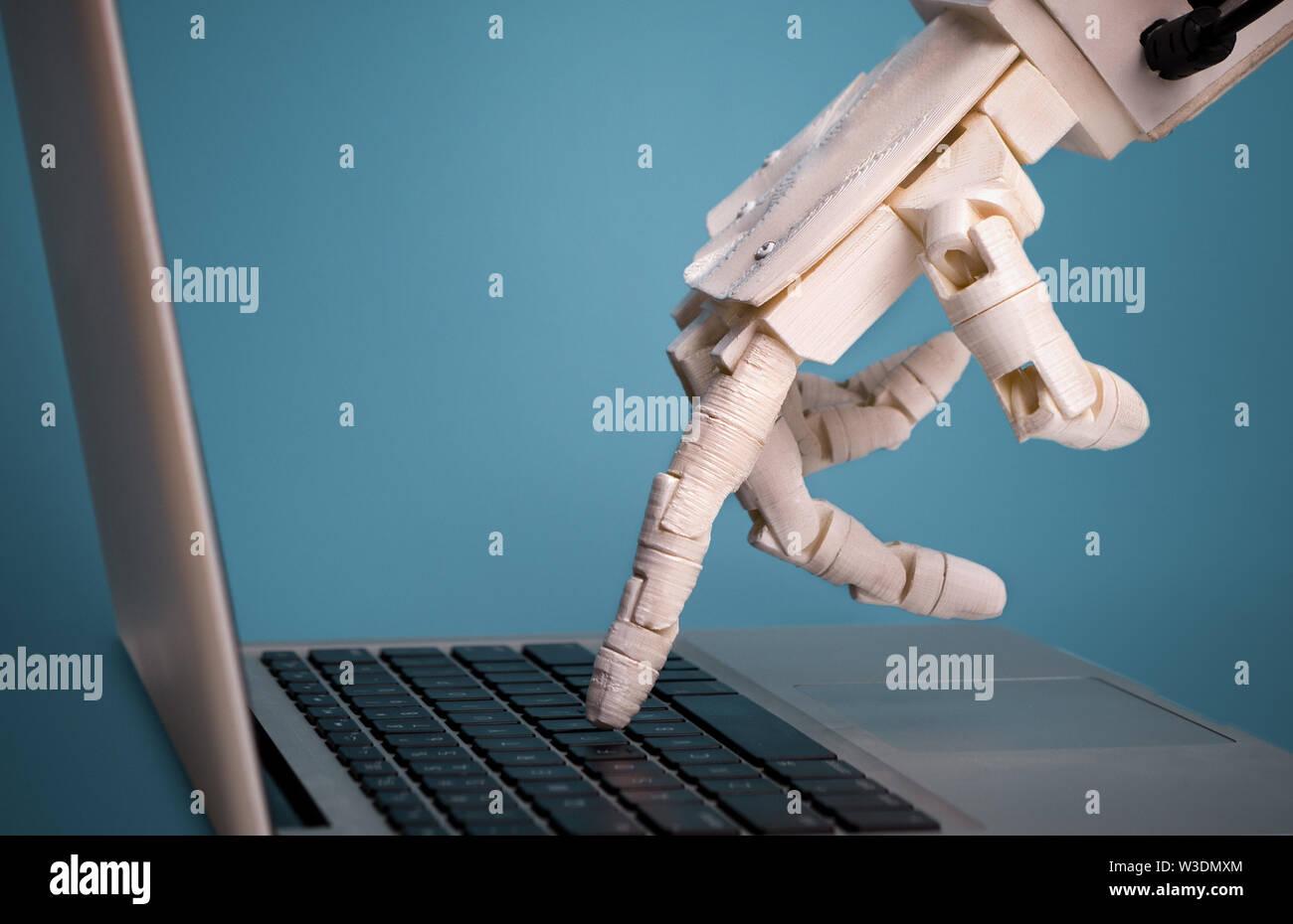 Dedo Robot elija botón portátil, espacio libre Foto de stock