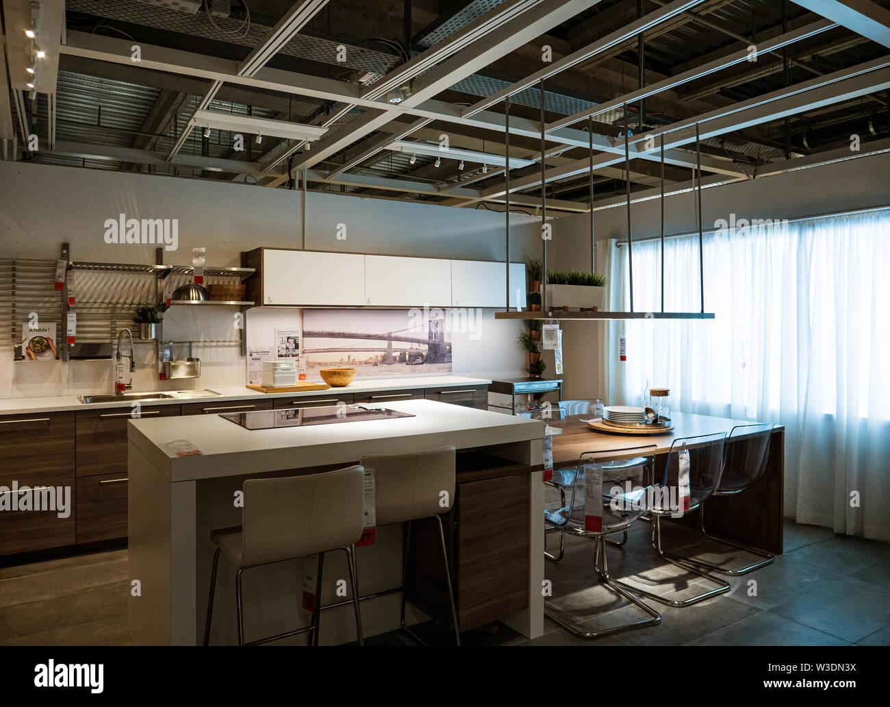 París, Francia - Jun 7, 2018 Ejemplo de cocina vacía sala ...