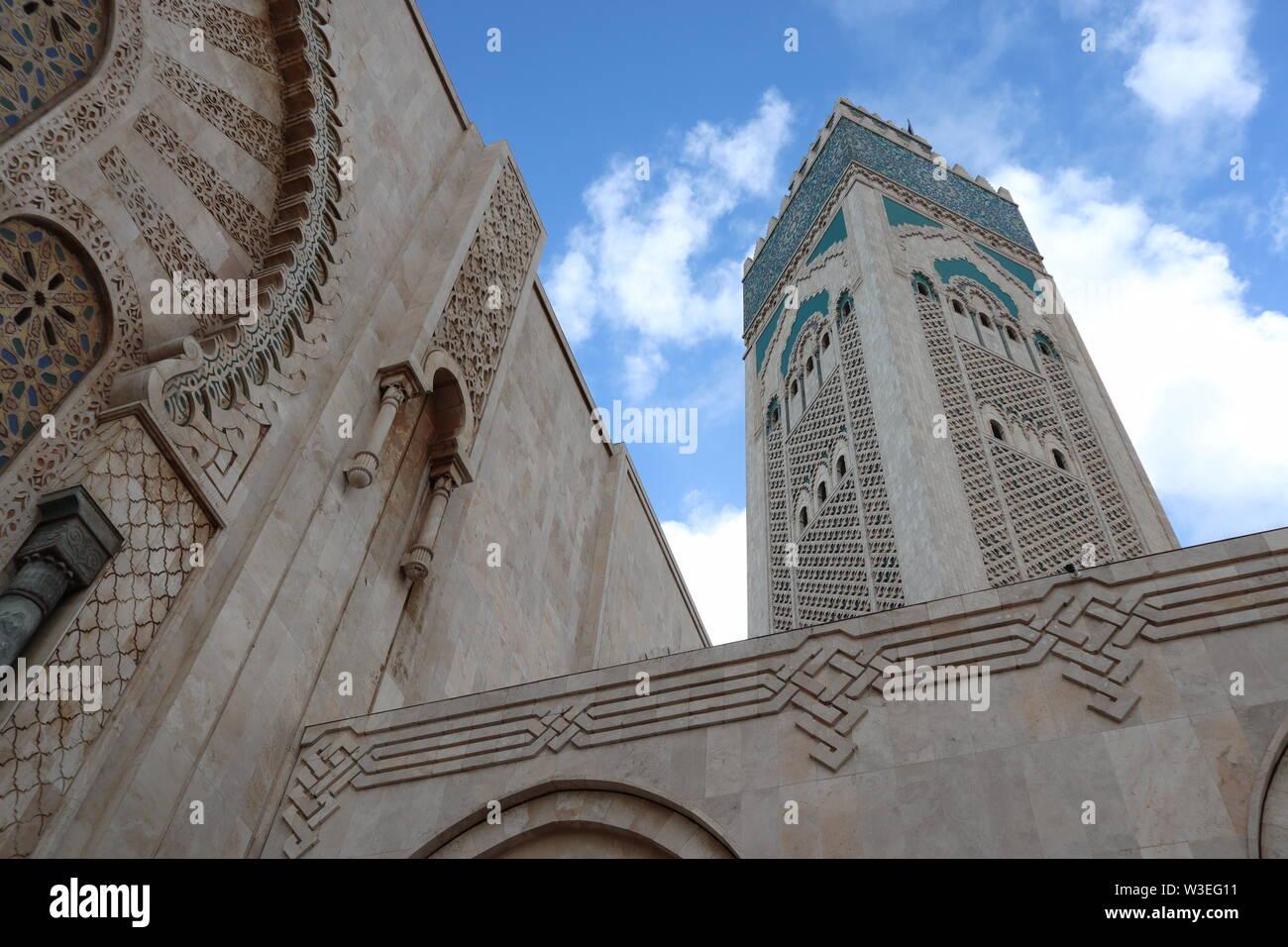 Antes de entrar a la Mezquita de Hassan II, en Casablanca, Marruecos. Azul cielo marroquí alrededor del minarete más alto del mundo a 210 metros. Foto de stock