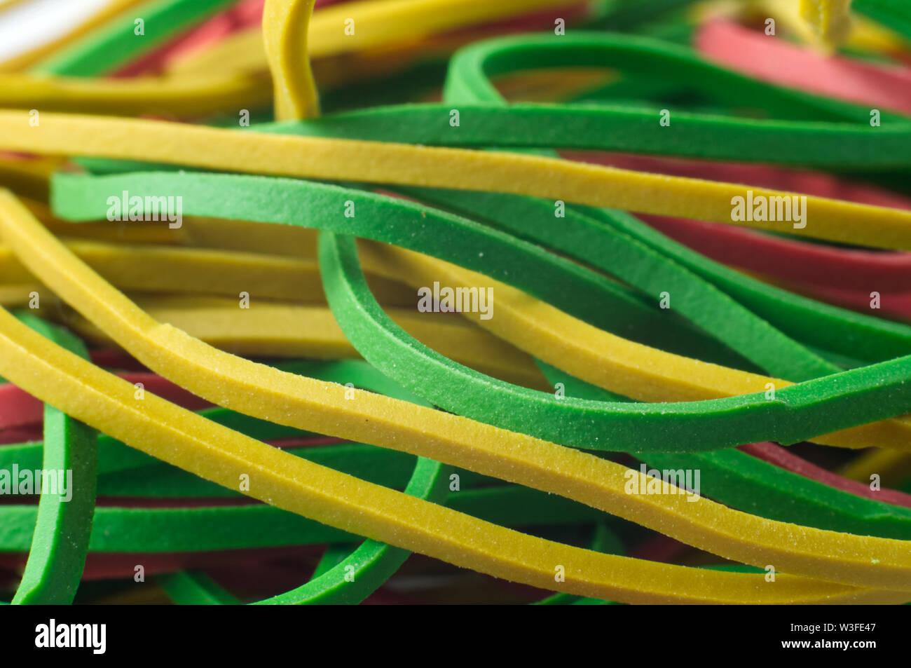 Macrophotography verdes y amarillos, bandas de caucho elástico Foto de stock