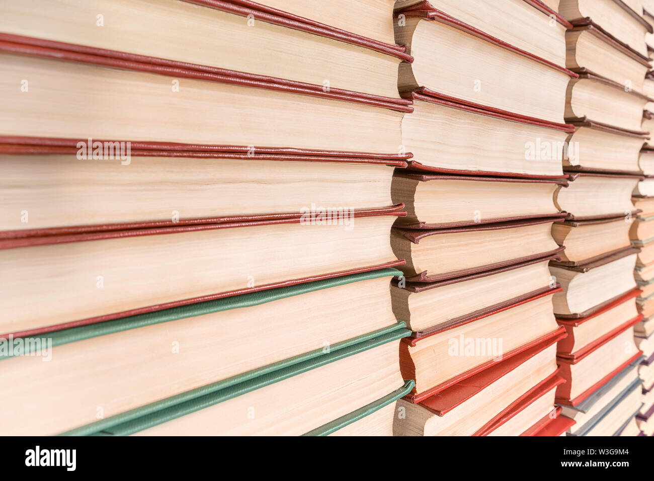 Pila de libros de disminución de la vista en perspectiva. La textura y el fondo Foto de stock