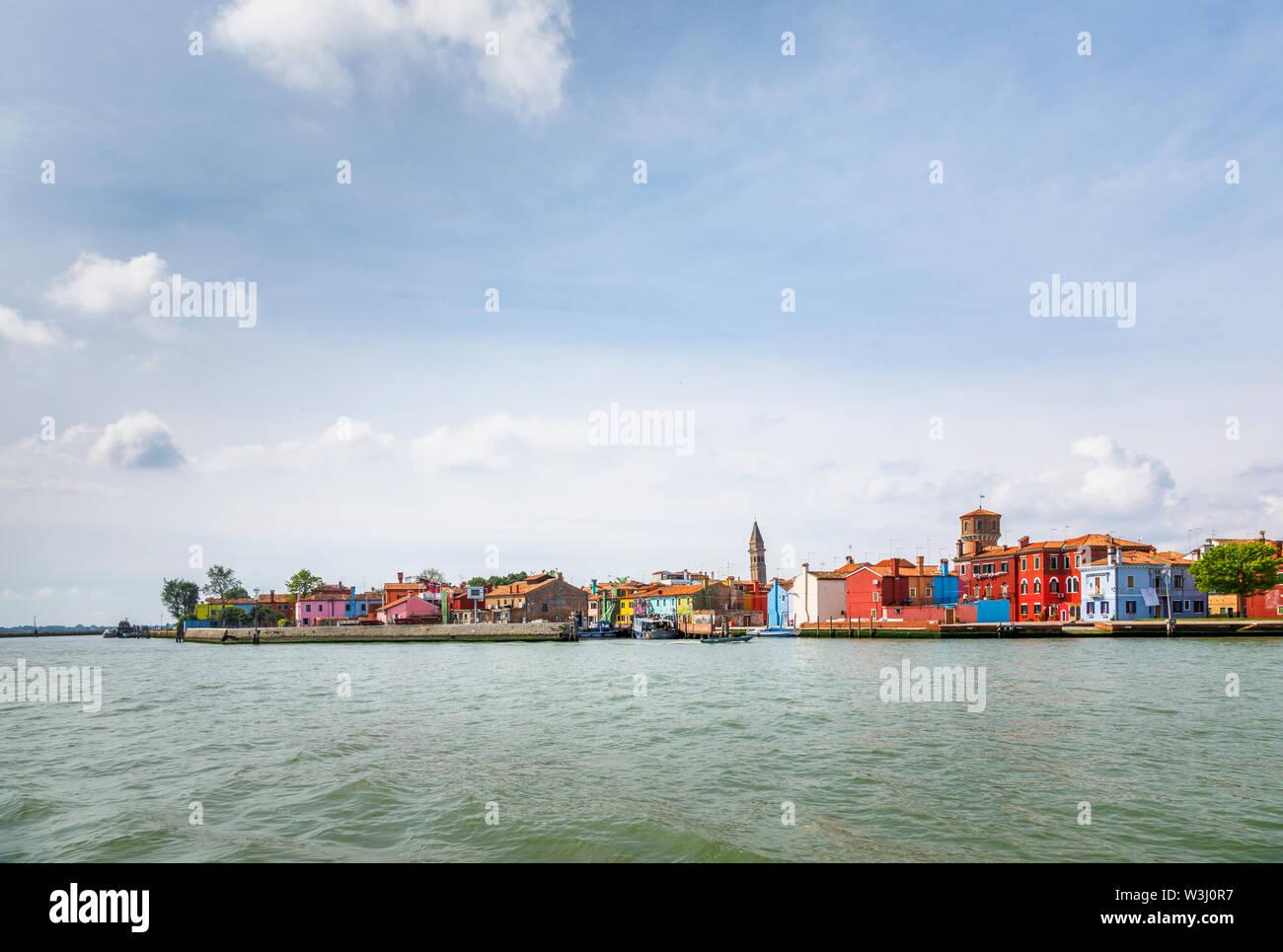 Vista de Burano, una pequeña y pintoresca isla en la Laguna de Venecia, Venecia, Italia con la inclinada campanile de la Iglesia de San Martino en el horizonte Foto de stock