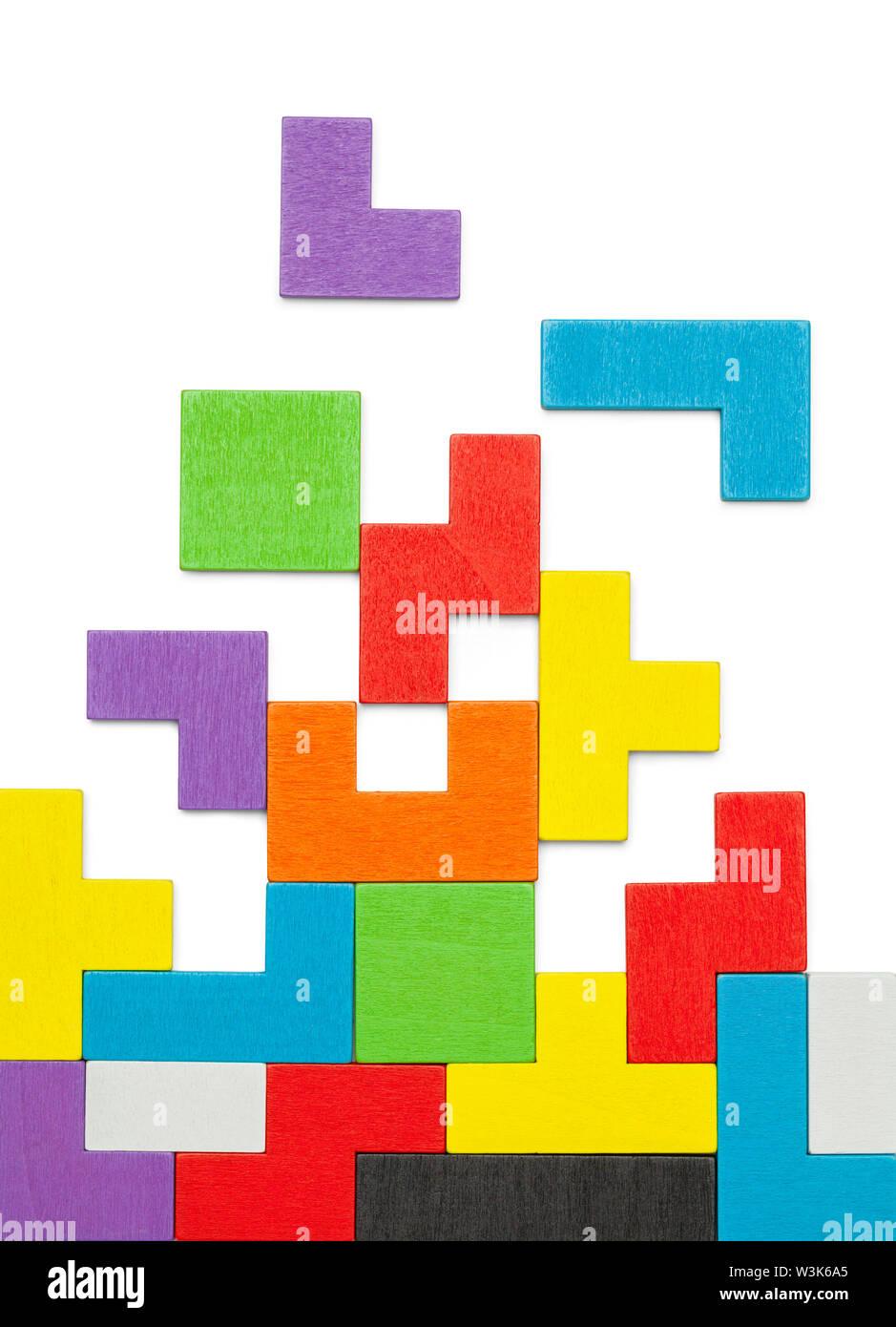 Forma geométrica coloridos bloques de rompecabezas en madera aislado en blanco. Foto de stock