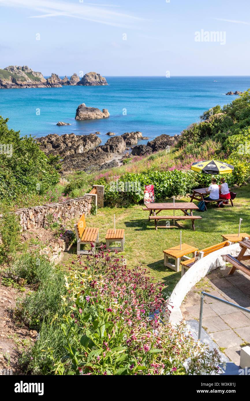 La hermosa costa sur de Guernsey resistente - una vista de Moulin Huet Bay desde los jardines de té, Guernsey, Islas del Canal UK Foto de stock