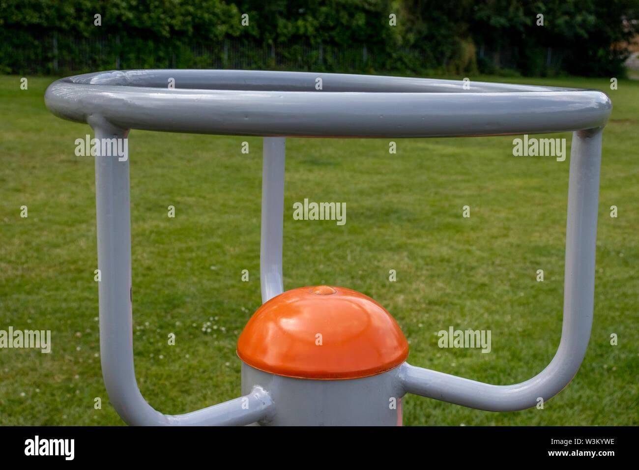 Equipamiento de ejercicio colocado alrededor de varias ubicaciones en un parque para uso gratuito por miembros del público en Swadlincote ,Derbyshire.UK Imagen De Stock