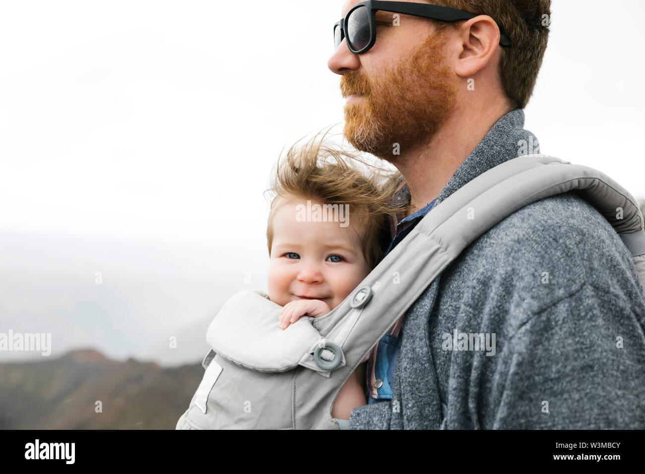 Padre con su niña Baby carrier Foto de stock