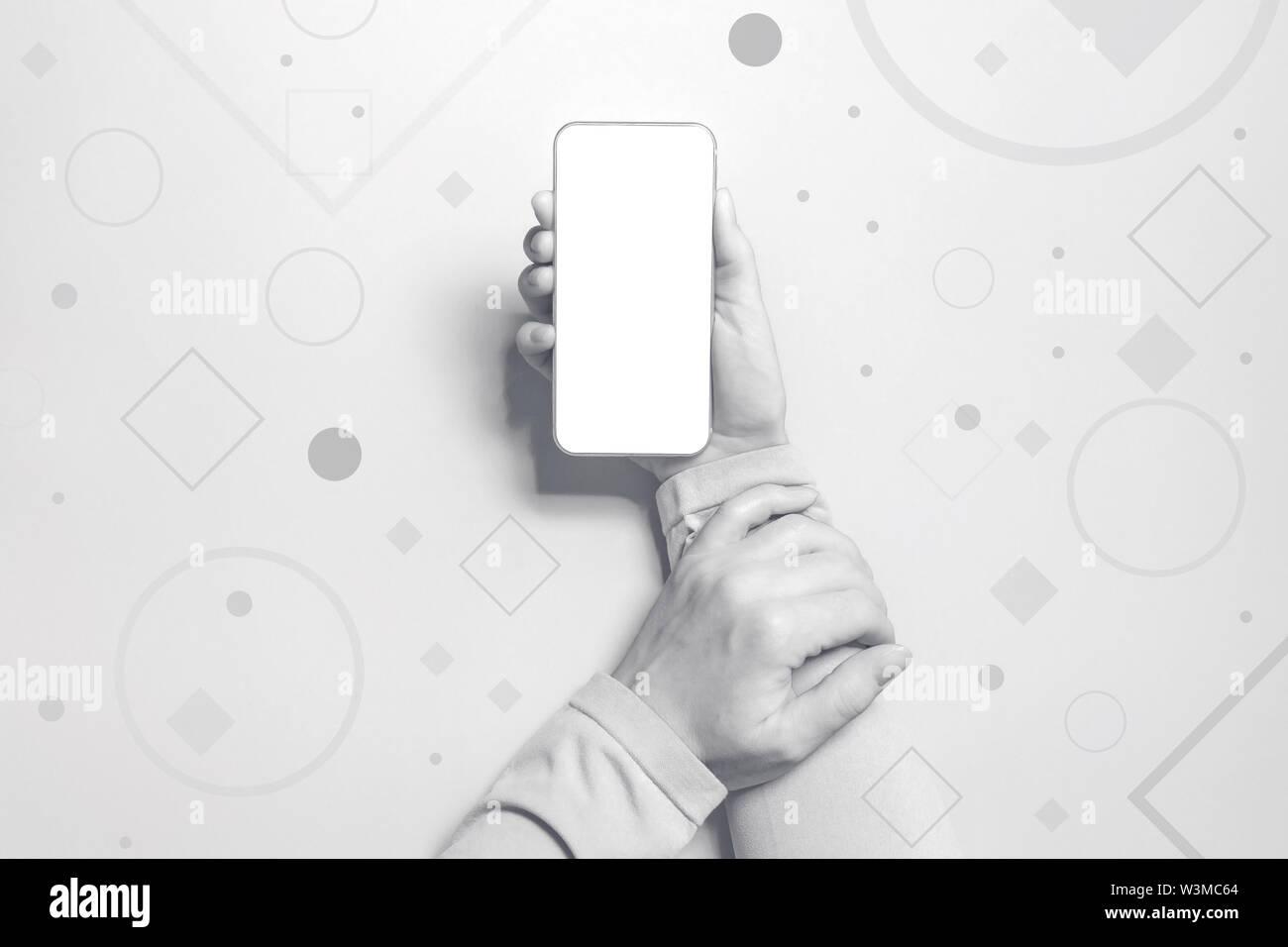 Mujer sosteniendo smartphone con pantalla de maquetas, vista superior Imagen De Stock