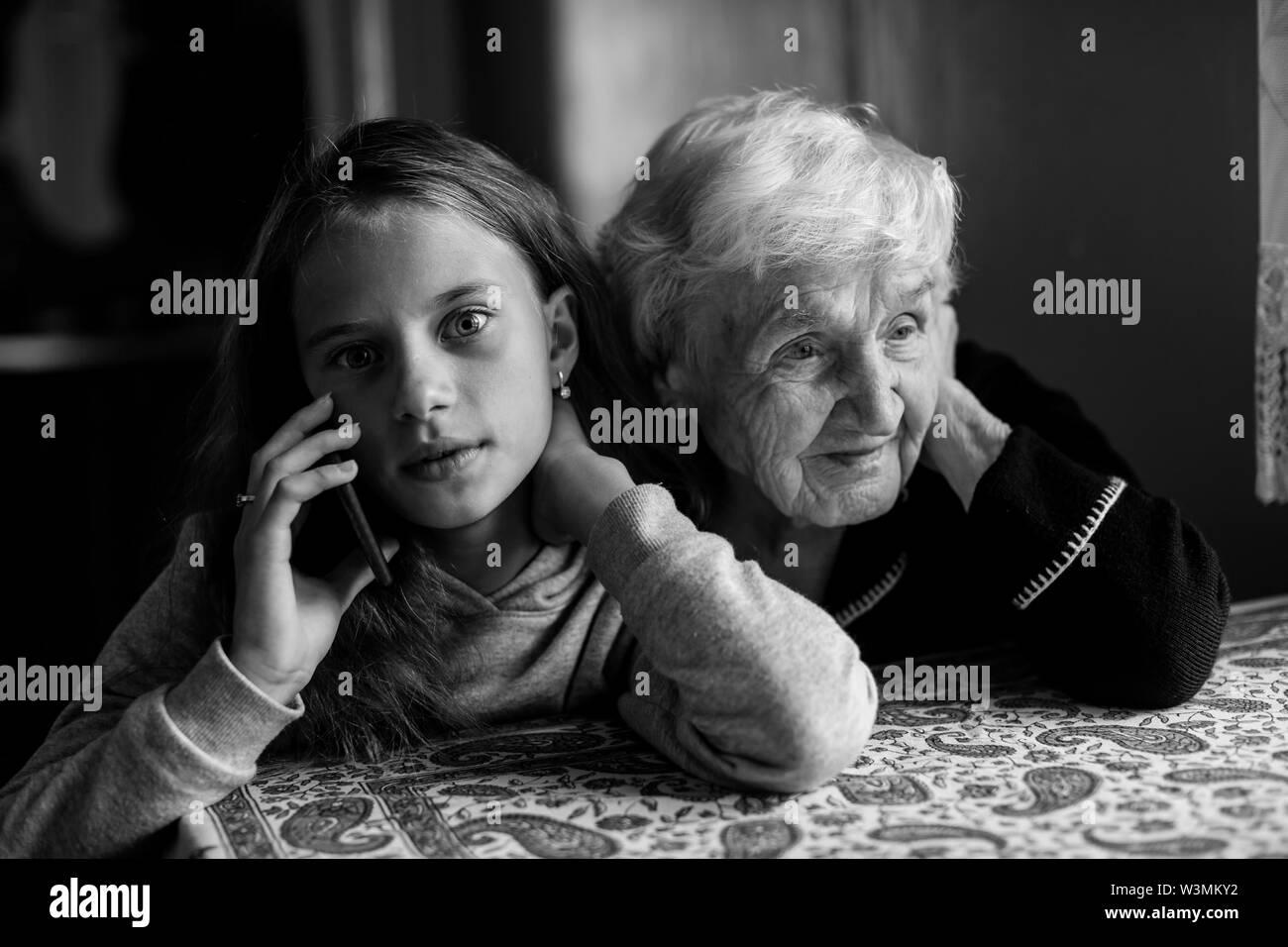 Una Más Vieja Mujer Que Escucha El Teléfono Móvil Y Que