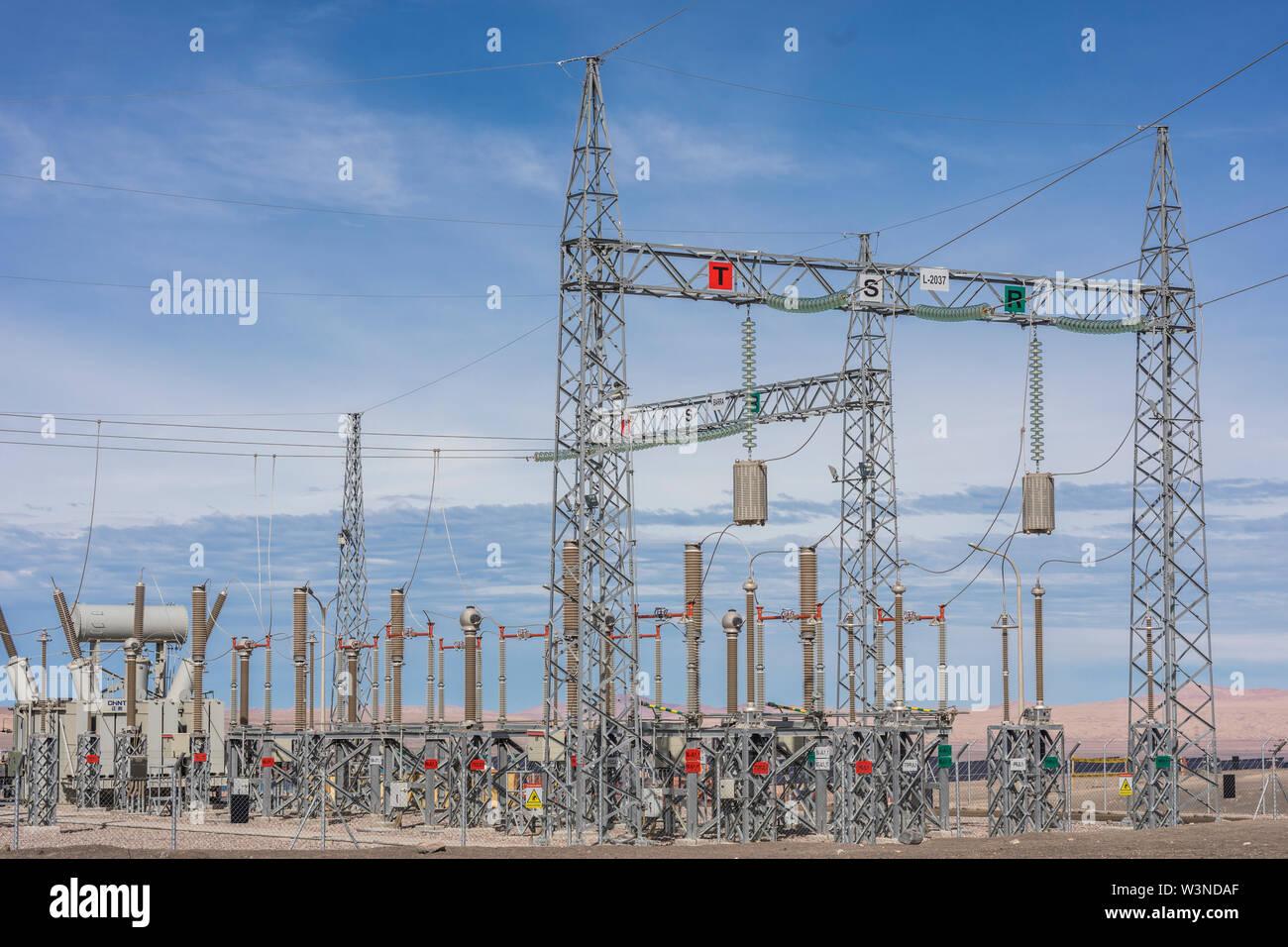 Las líneas de alimentación y Susbstations en medio del desierto para la generación de energía renovable Foto de stock