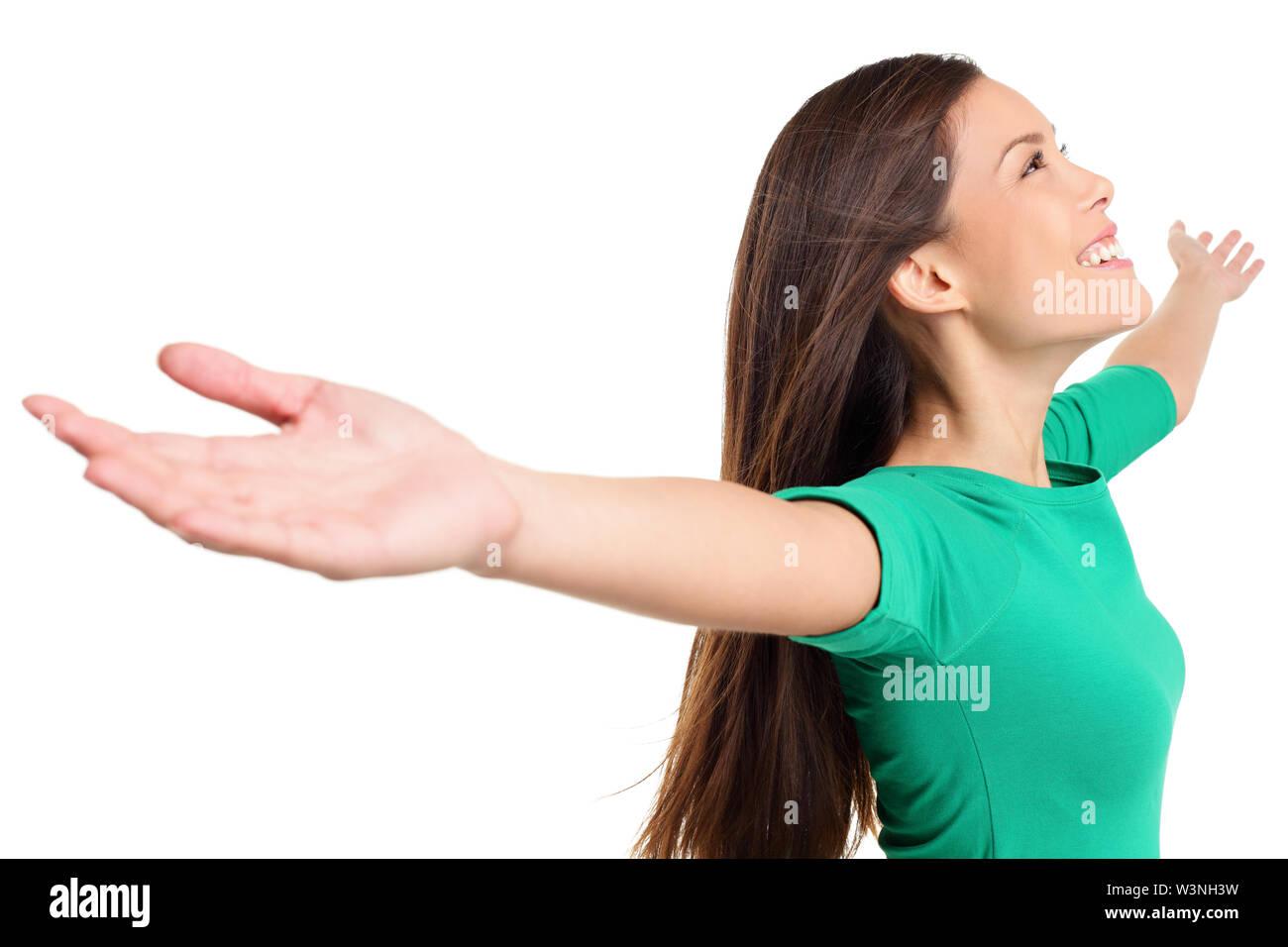 Happy eufórica mujer con los brazos levantados en serena alegría pose. Chica en camisa verde aislado sobre fondo blanco en el estudio. Mestizos asiáticos caucásica modelo femenino. Imagen De Stock