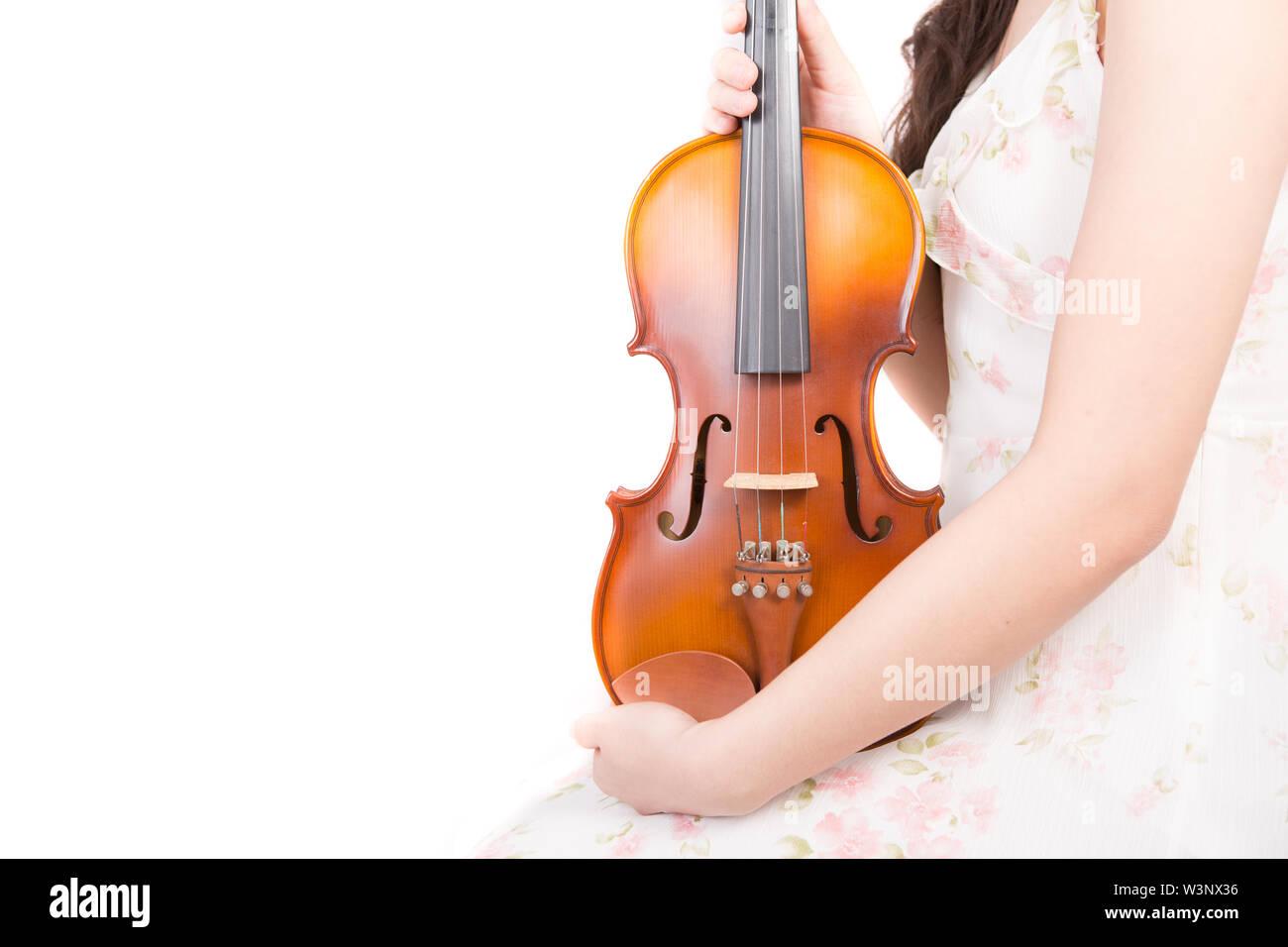Mujer Asiática y el violín aislado sobre fondo blanco. Imagen De Stock