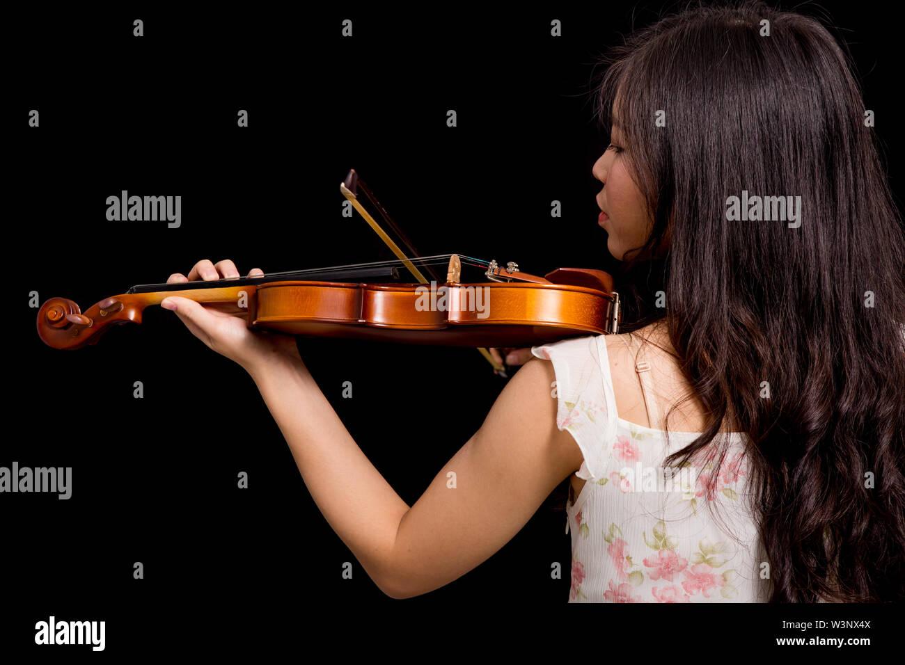 Mujer Asiática y el violín aislado sobre fondo negro Imagen De Stock