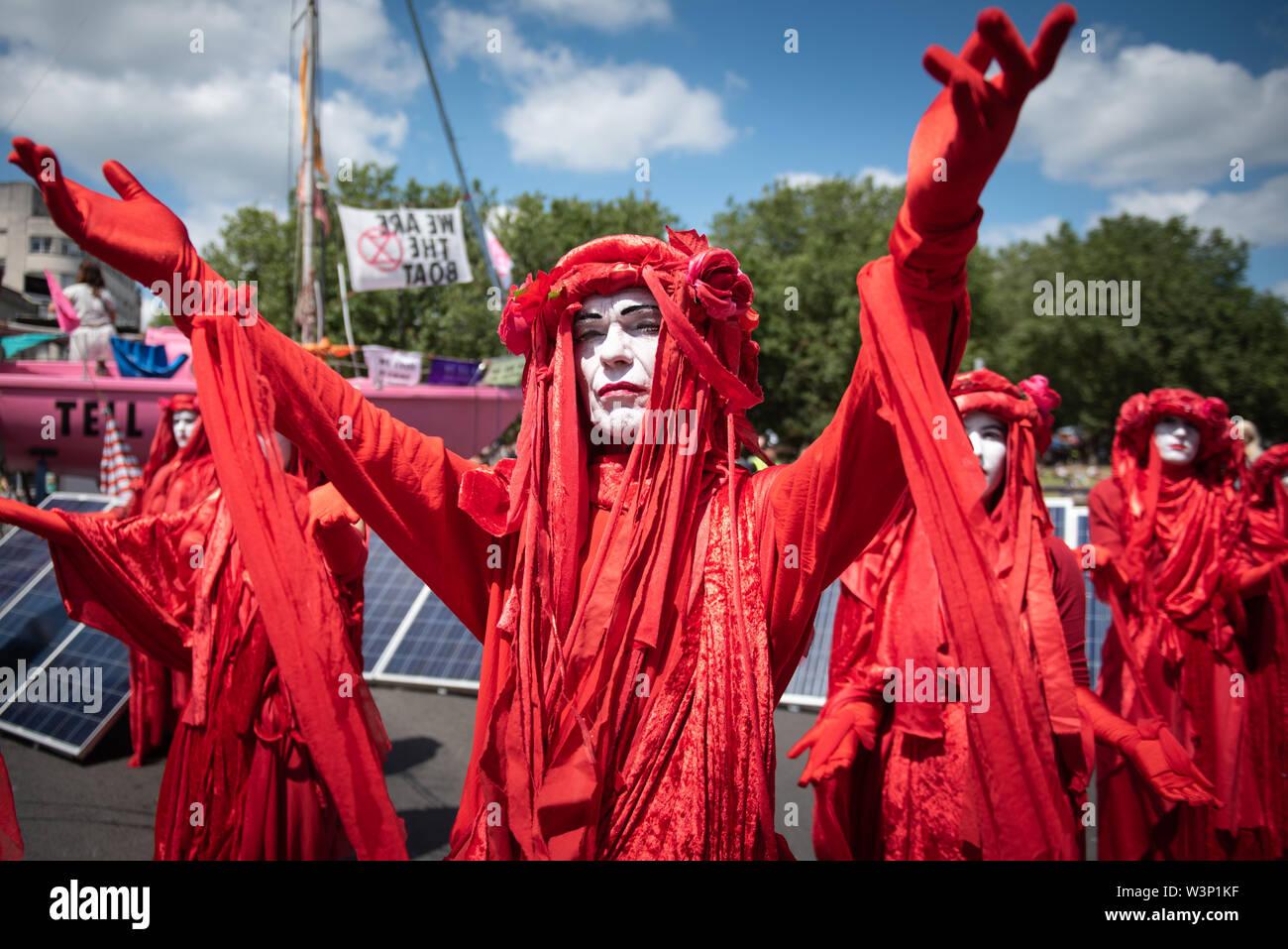 Bristol, Reino Unido. El 15 de julio de 2019. Cientos de extinción rebelión manifestantes bloquean Puente Bristol con un barco de vela rosa y marcha por las calles Foto de stock