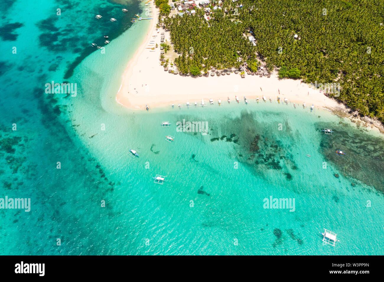 Hermosa isla tropical en clima soleado, vista desde arriba. Daco isla, Filipinas. Playa de arena blanca y turquesa Laguna. Foto de stock
