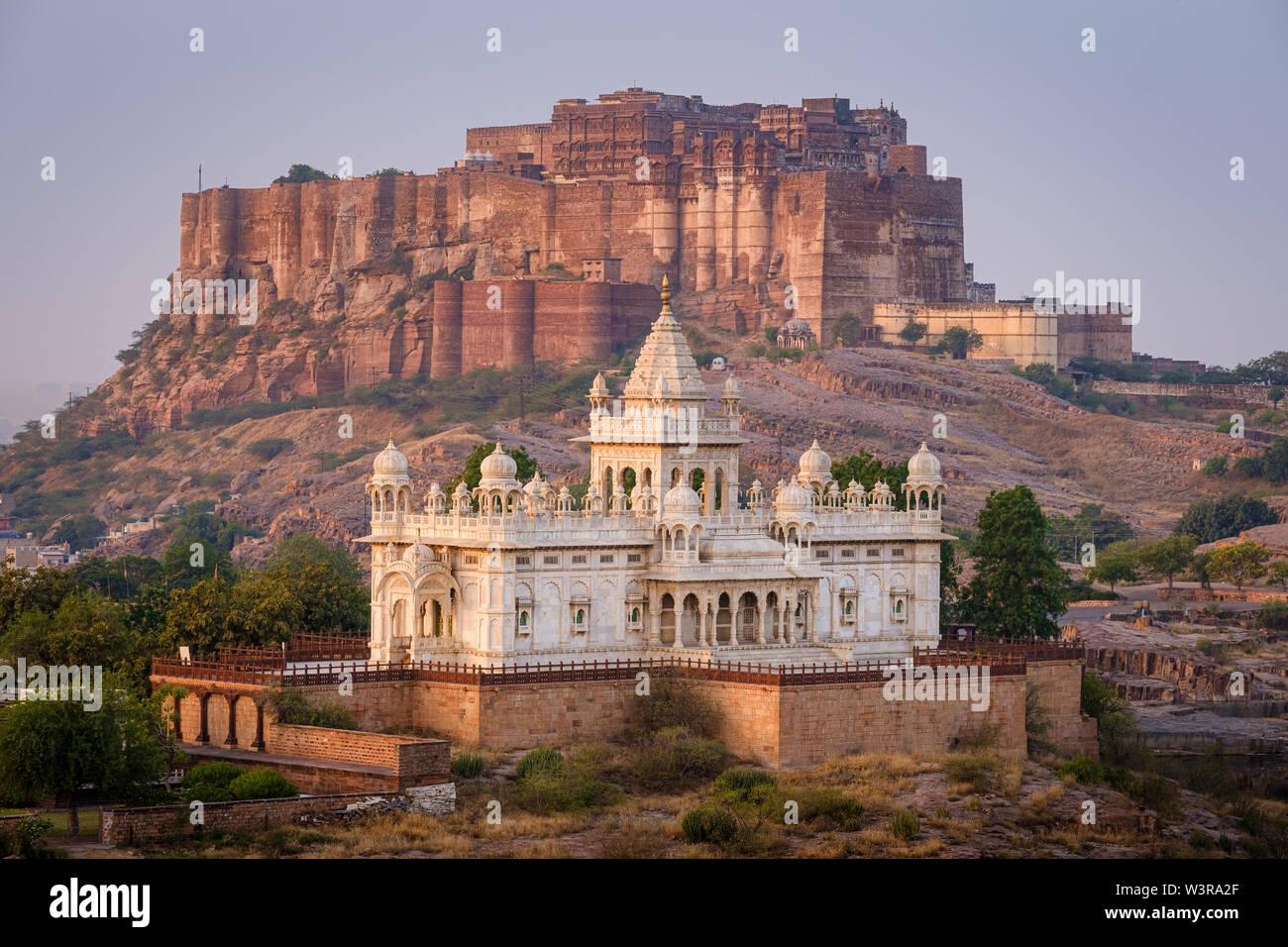 JODHPUR, INDIA - CIRCA NOVIEMBRE 2018: Jaswant Thada Memorial y la fortaleza de Mehrangarh de Jodphur. odhpur es la segunda ciudad más grande en el estado indio Foto de stock