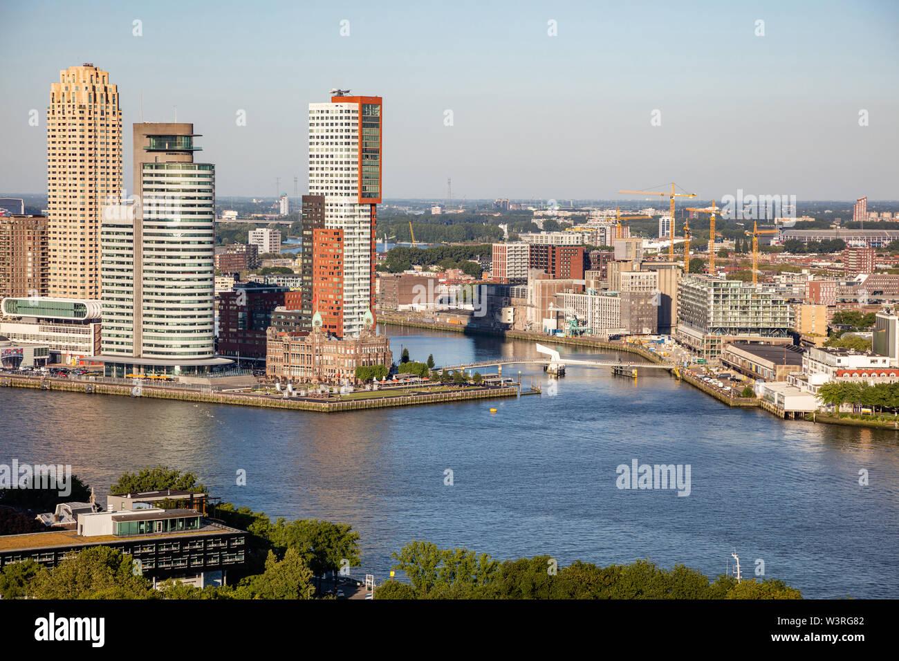 Vista aérea de la ciudad de Rotterdam. Paisaje y río Maas, día soleado de verano, vista desde la torre Euromast, Países Bajos Foto de stock