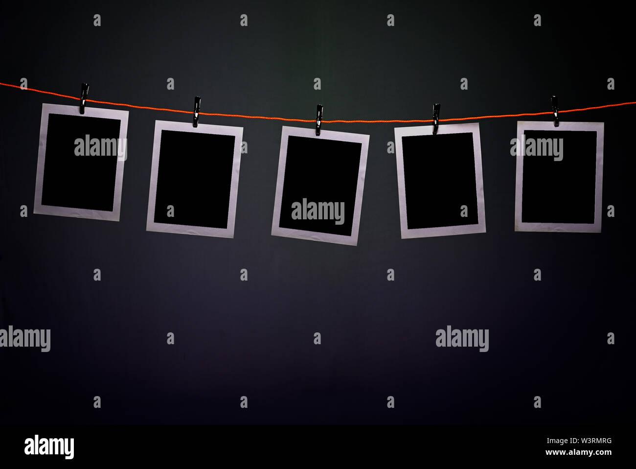 Fotografías Polaroid en blanco colgando de una cuerda en el ...