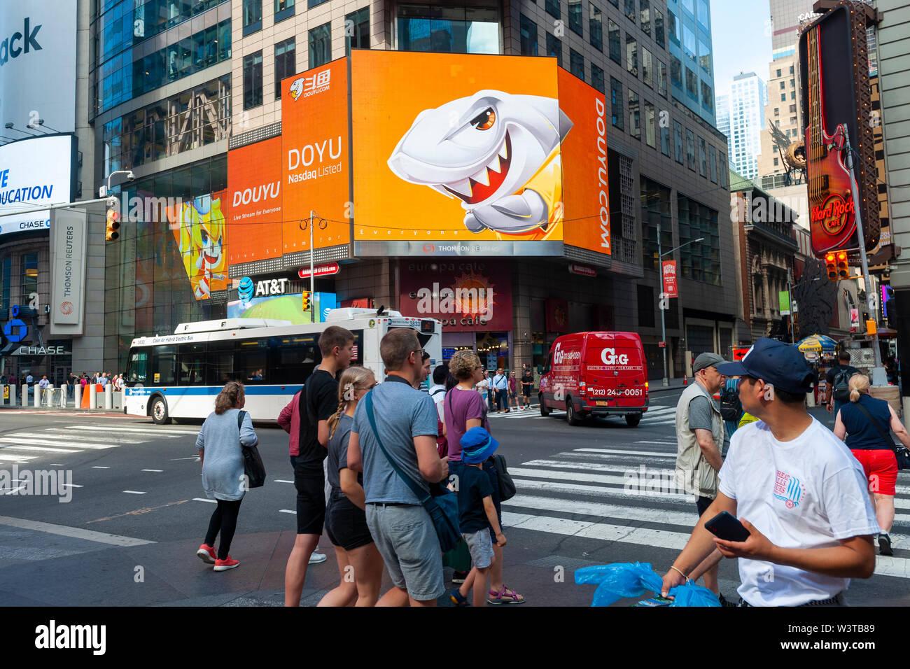 La pantalla gigante de vídeo frente a la bolsa de valores de Nasdaq en Times Square en Nueva York está decorada para el debut de la International Holdings Ltd. DouYu oferta pública inicial el miércoles, 17 de julio de 2019. DouYu es la mayor plataforma de streaming en vivo en China y está respaldada por Tencent Holdings Ltd. valorando la empresa en $3.73 mil millones es la mayor oferta pública inicial (OPI) de China en 2019. (© Richard B. Levine) Imagen De Stock