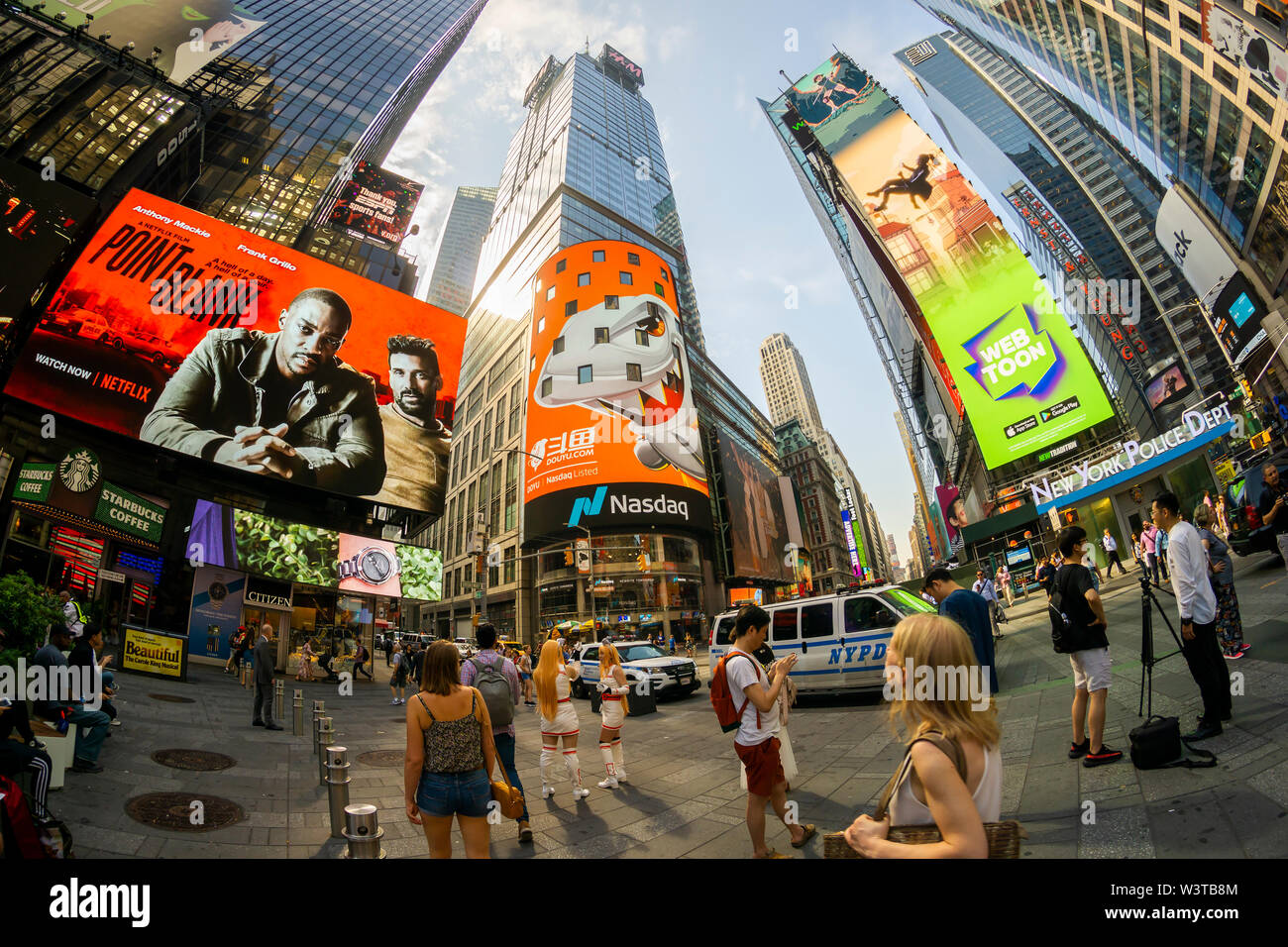 Los empleados con sus familias y amigos se reúnen en la pantalla gigante de vídeo en el índice Nasdaq, en Times Square en Nueva York decorado para el debut de la International Holdings Ltd. DouYu oferta pública inicial el miércoles, 17 de julio de 2019. DouYu es la mayor plataforma de streaming en vivo en China y está respaldada por Tencent Holdings Ltd. valorando la empresa en $3.73 mil millones es la mayor oferta pública inicial (OPI) de China en 2019. (© Richard B. Levine) Imagen De Stock
