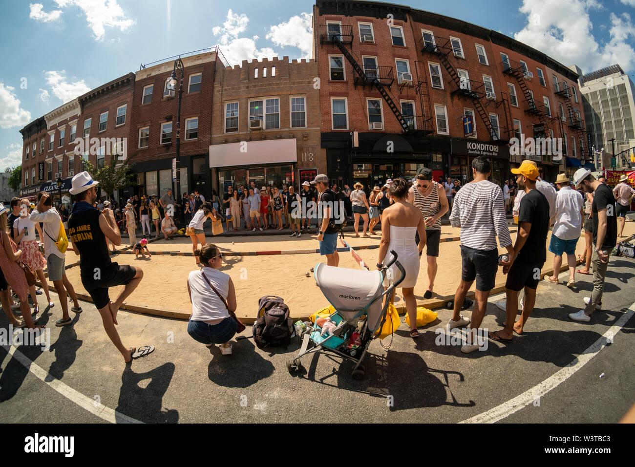 Francés ex-pats, Francophiles y otros Neoyorquinos jugar y ver el torneo de petanca en la calle Smith en Brooklyn en Nueva York la celebración del Día de la bastilla el domingo, 14 de julio de 2019. (© Richard B. Levine) Imagen De Stock
