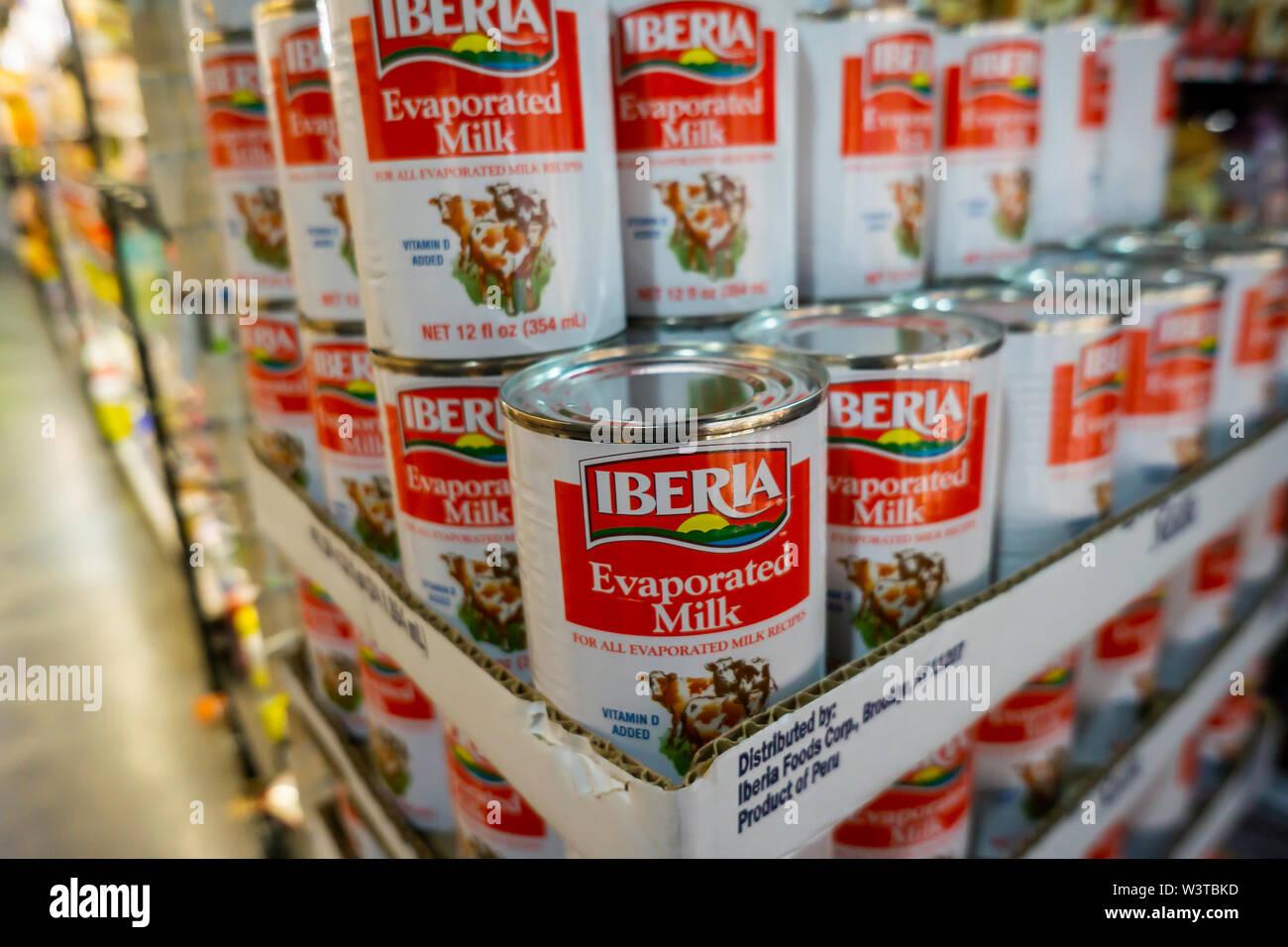 Las latas de leche evaporada marca Iberia en un supermercado en Nueva York el martes, 16 de julio de 2019. (© Richard B. Levine) Imagen De Stock